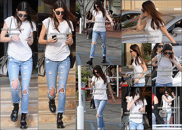 .                                                                                                                 18/12/2013 : Kendall et des amies ont été aperçues se baladant dans les rues de West Hollywood, Californie.                                 .