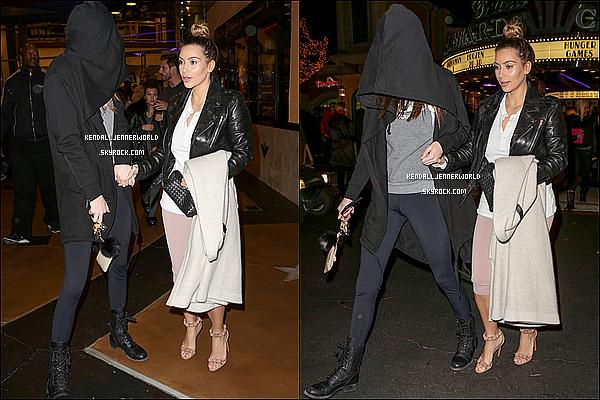 .                                                                                                                 21/12/2013 : Kendall et ses soeurs ainées quittant un cinéma de Calabasas dans la soirée Samedi.                                 .