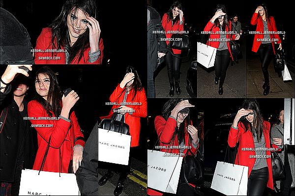 .                                                                                                                 17/02/2014 : Kendall au défilé Giles avec Cara Delevingne et  d'autres mannequins à la Fashion Week de Londres.                         .