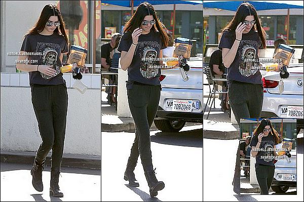 .                                                                                                                 21/02/2014 : Kendall a été aperçue alors qu'elle quittait Noah's Bagel à Calabasas, Los Angeles.                          .