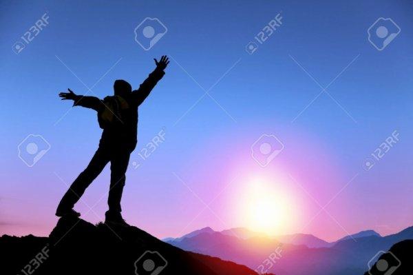 Debout sur vos pieds vous donne un petit espace reste de ce monde mais tenir sur vos principes vous donne le monde entier
