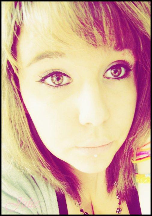 Dire qu'il suffit parfois Qu'il y ait un navire Pour que tout se déchire Quand le navire s'en va Il emmenait avec lui La douce aux yeux si tendres Qui n'a pas su comprendre Qu'elle brisait votre vie L'amour, ça fait pleurer Comme quoi l'existence Ça vous donne toutes les chances Pour les reprendre après...
