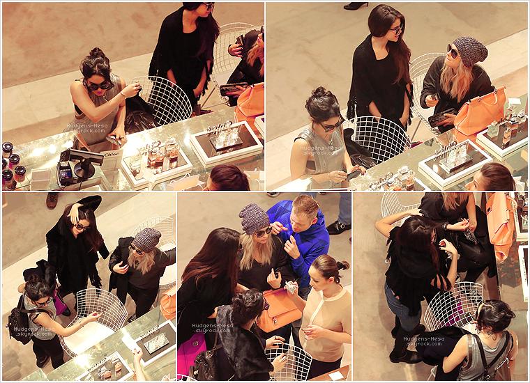 """* 16/02/13 : Miss Vanessa accompagnée de ses amies Selena G. et Ashley B. ont été vu faisant du shopping au magasin « Le Printemps » à Paris. Et découvrez les photos personnelles postés par Ashley Benson et Selena Gomez à leur arrivé à Paris en France """"sur les toits de Paris"""".________Tu aimes ?*"""