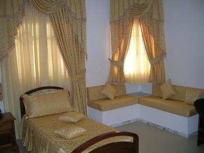 La chambre du 3 me gar on lit coin salon rideaux - Rideaux pour fenetre de chambre ...