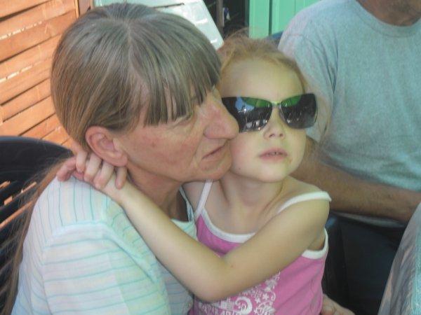 Ma grand-mère (l) ! Beaucoup de gens sont Honteux de leurs famille mais pas moi ;)  et je le serais jamais :)