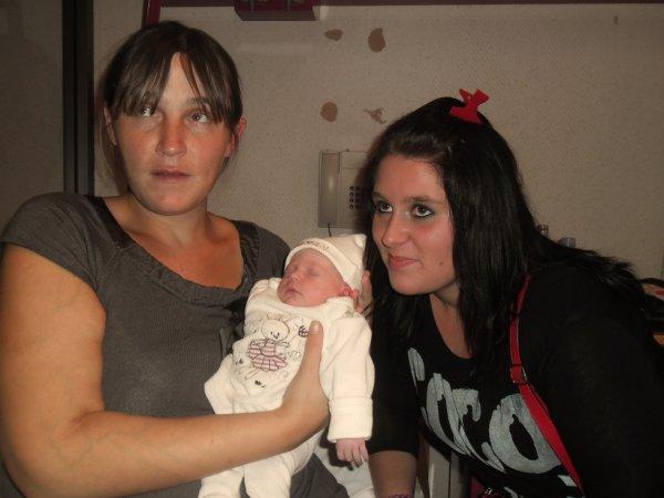Ma belle mère , ma petite soeur & moi :) (l)