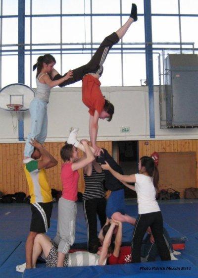 """Mouvement d'option et d'A.S. acrosport, et de l'association """"Les accros d'acro"""" et de danse acrobatique présenté le 18/05/2011 à Auxerre lors du spectacle U.N.S.S."""