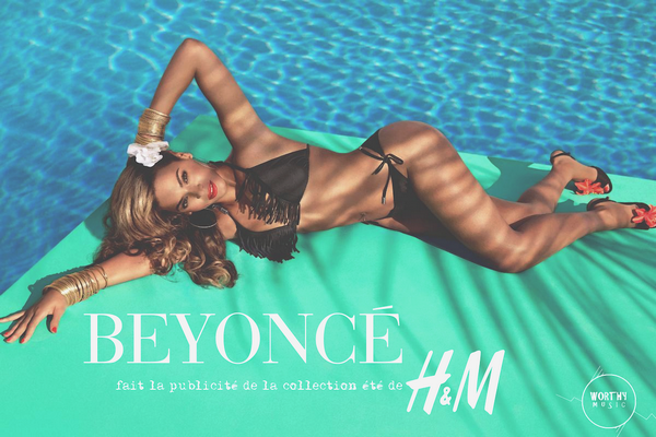"""i BEYONCE Egérie de la nouvelle pub H&M i  La star américaine est débordée: à peine remise de l'accouchement de Blue Ivy, Beyoncé prépare un album, une série de concerts à travers le globe et deux publicités pour Pepsi et H&M. Concernant la publicité de cette dernière, la star - toujours plus narcissique - a crée un mini-clip vidéo où elle se dandine sur une chanson de ... Queen B elle-même! Le titre connaît un certain succès dans les sites de téléchargements et la publicité au budget monstre risque de faire les beaux jours de la marque suédoise. Cet été, la mode sera aux couleurs de Beyoncé! Visualisez les différents clichés de la campagne sur la page profil de WORTHYMUSIC, rubrique """"H&M Summer 2013 by Beyoncé"""". Enjoy :)  i"""
