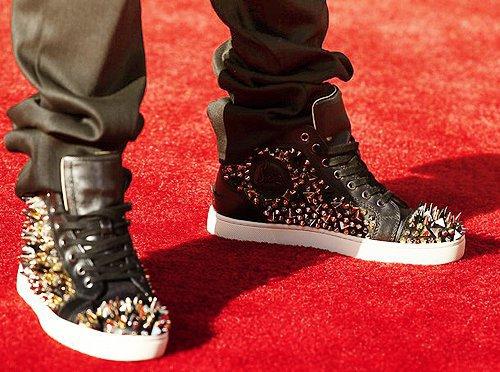 Justin kiffe ses chaussures. Elles sont..Originales !