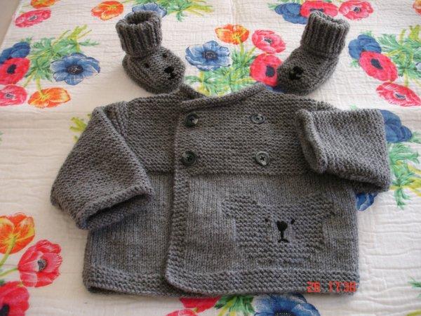 Brassière et ses chaussons gris foncé.