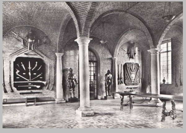 L'intérieur du château - la salle d'armes