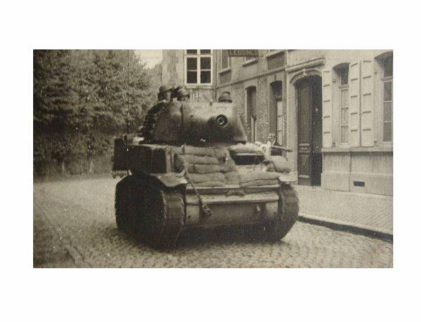 BELOEIL, premier char américain libérant le village ( a l'arrière gauche, le parc du château)