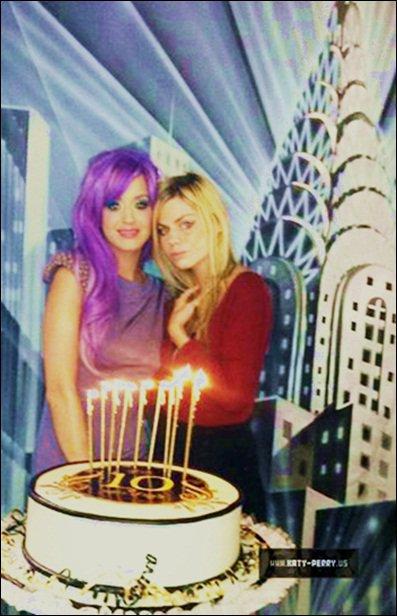 """Jeu. 11 aôut : De nouveaux scans de Katy Perry en vedette dans «Inland Empire», le magazine Brézilien.+ Outtakes de Katy Perry qu'elle a fait pour """"OUT"""" le magazine, l'année dernière. + Katy Perry a été apperçue posée comme une sirène.+ Ven. 12 aôut : Katy Perry au coulisse de son nouveaux photoshoots pris par David LaChapelle."""