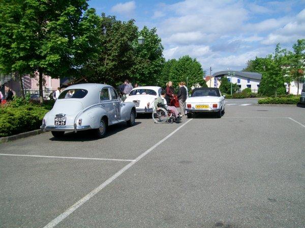 quelque voiture sur le parking du musee de sochaux