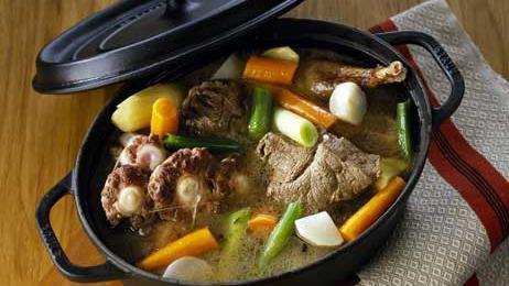 kikou mes ami'es , pour ce midi , pot -au feu maison , bon appétit a tous , pour le dessert c un gros bisous ..