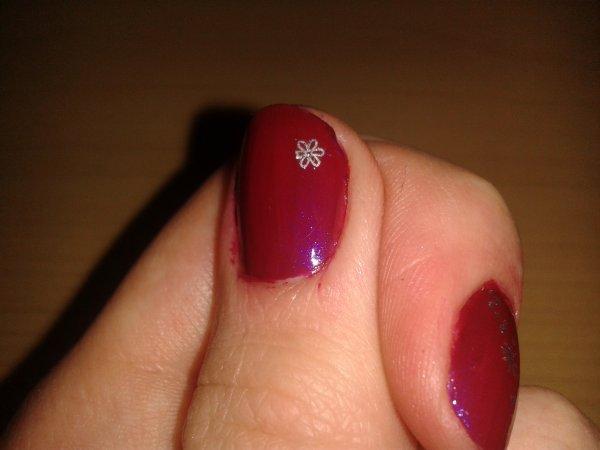 Je reviens + J'ai couper + Nail art 3 : bordeaux et petites décos et stamping