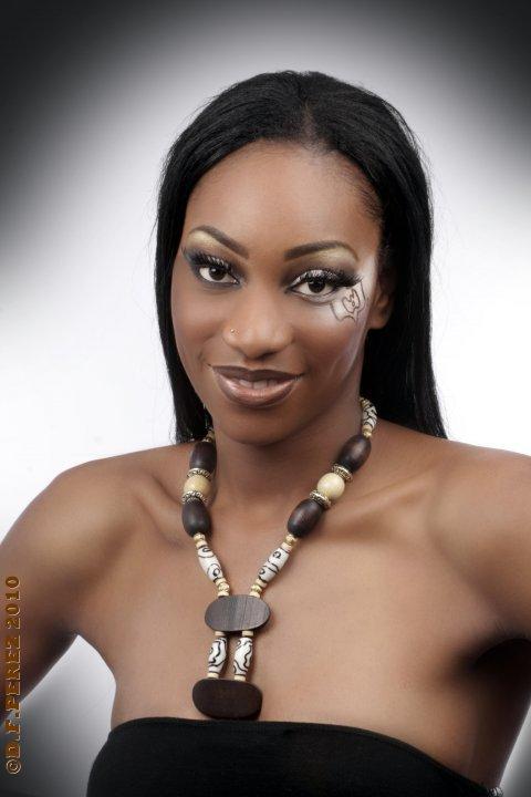 Djénéba traoré, miss soninké france 2010, posant pour une marque de bijoux éthnique