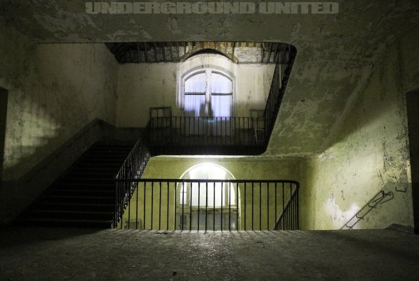 HOSPITAL ABANDONED - Hopital Abandonné - URBAN EXPLORATION - Underground-United