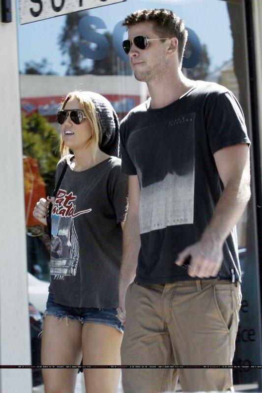 20.08.11 Miley & Liam font du shopping chez LTH Studio, Los Angeles