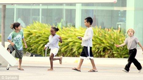 1 juillet 2010 Angelina, Maddox, Pax, Zahara et Shiloh quittent Cancun