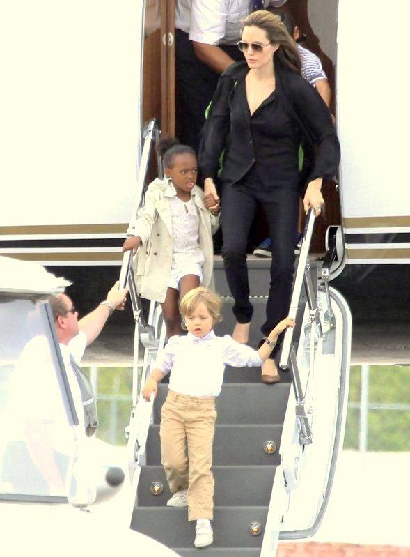 30 juin 2010 Angelina, Maddox, Pax, Zahara et  Shiloh arrivent à Cancun