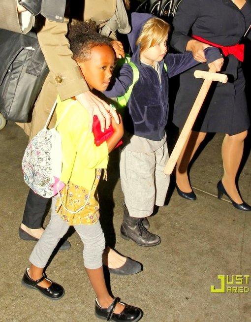 18.09.10 Angie, Zee & Shiloh arrivent à LAX