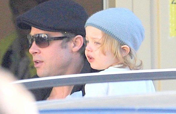 07.10.10 Brad Pitt arrive à l'aéroport de Budapest en Hongrie avec Knox et Vivienne