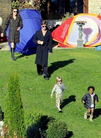 09.10.10 Brad, Angie, Pax, Zahara et Shiloh dans leur jardin à Budapest