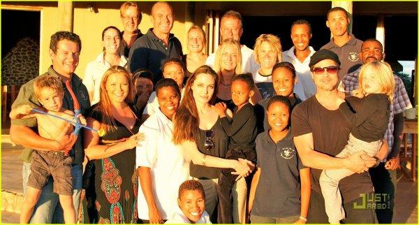 Decembre 2010 Angelina, Brad, Zee et Shi posent avec leur famille d'accueil et des amis en NamibieLa famille Jolie Pitt a passé Noel en Namibie, le pays où Shiloh est née, il y a maintenant 4 ans 1/2
