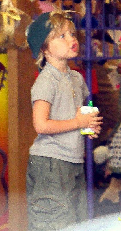 3 Aout 2010 Angelina a emmené Pax, Zee & Shi dans un magasin de jouet à Oakland, Californie