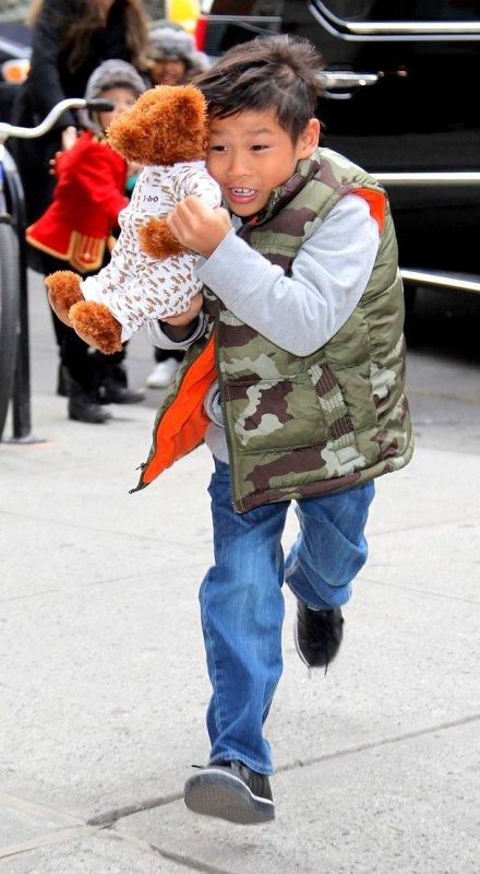 """7 Décembre 2010 Angelina a emmené Mad, Pax, Zee & Shi à la """"Lee's Art Store"""" à New York"""