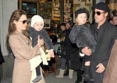 """4 Décembre 2010  Angelina et Brad ont emmené les jumeaux Knox et Vivienne à la """"Lee's Art Store"""" à New York"""