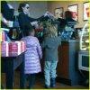 28 Décembre 2010 Angelina, Zahara et Shiloh faisant les courses à Springfield, Missouri.