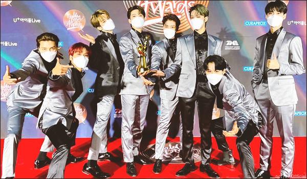 """.10/01/21. Les garçons (sauf Taeyong) étaient invités au """"Golden Disc Awards 2020"""" Ils ont performé """"Next Round"""",  """"Punch"""" et """"Kick It"""" ; ils ont gagné 3 awards : Cosmopolitan artist et Best Album NCT 127 + NCT"""