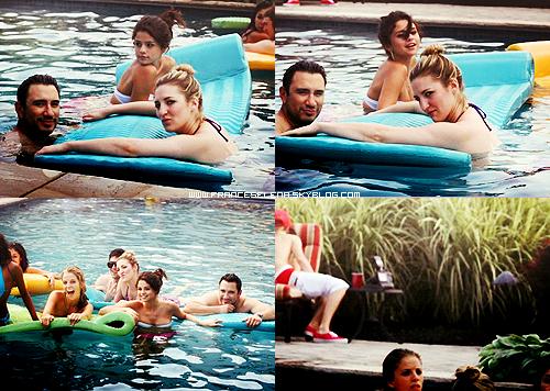 Selena dans une piscine, se relaxant, on peut voir que Justin Bieber ,son petit copain est là aussi.