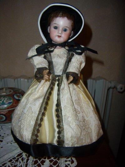 Une autre petite poupée en porcelaine