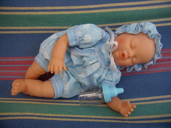 Un mini bébé endormi
