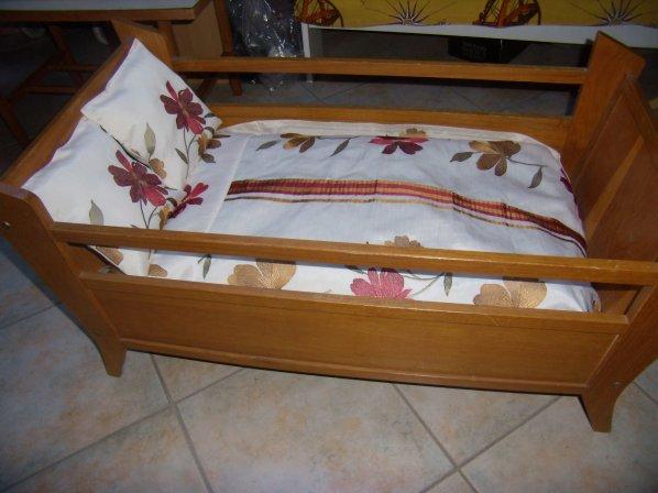 Grand lit de poupée
