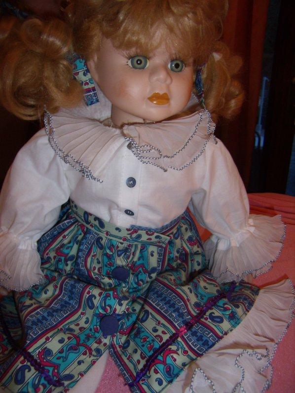 Grande poupée en porcelaine
