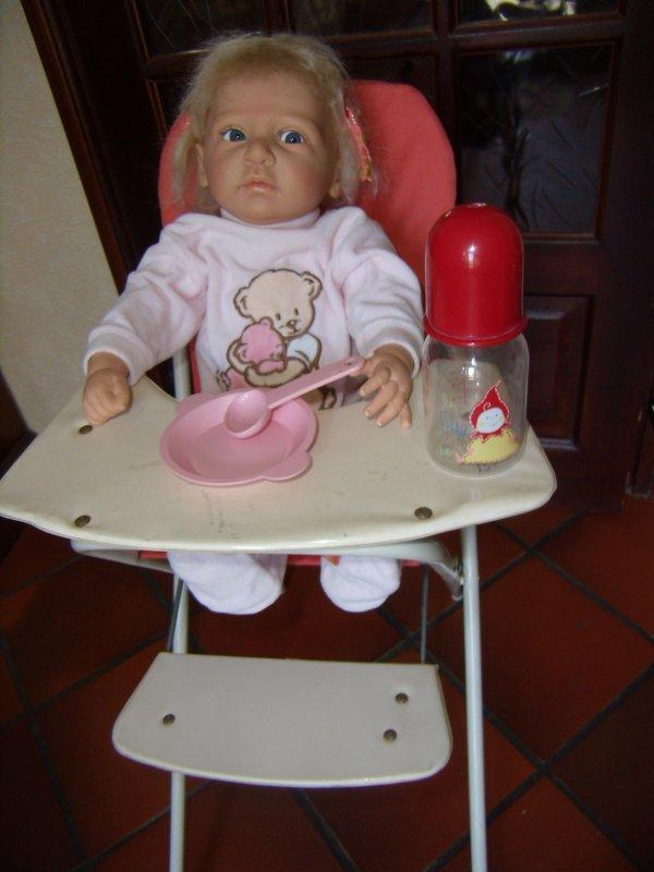 Préparation d'une expo de poupées, ours et miniatures