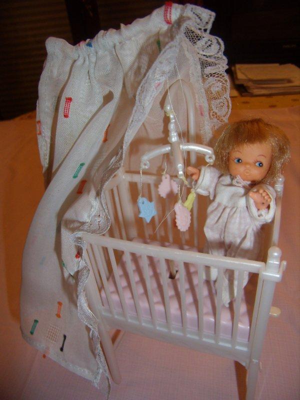 mini poupées et berceaux à vendre