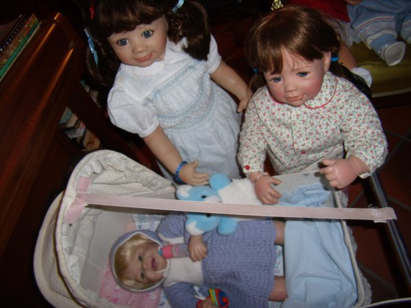 Gabriel entouré de ses grandes soeurs