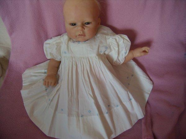 Une robe brodée par ma mère pour moi quand j'étais bébé...