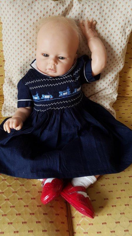 Maya aime sa robe à smocks