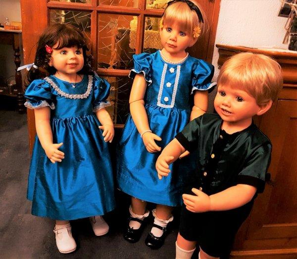 Verena et Alice avec leurs nouvelles robes faites sur mesure