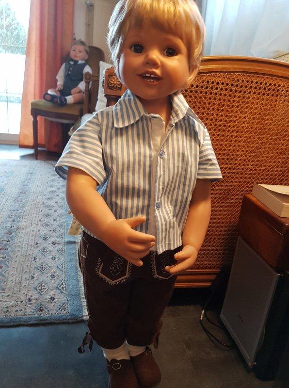 Luis a hâte d'essayer la nouvelle chemise cousue par maman!