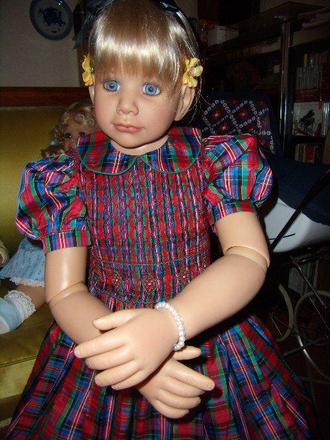 Alice avec une robe de ma fille à 5 ans !
