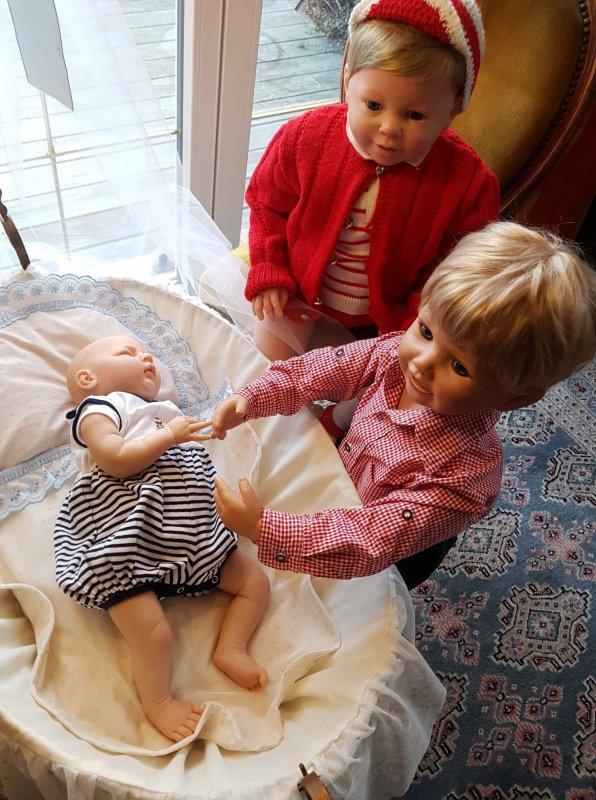 Peter et Luis surveillent le petit frère