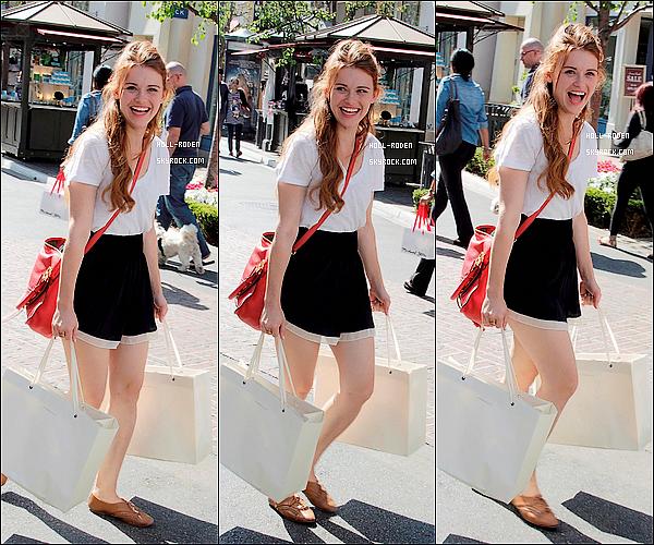 """. 09JUIN.2012▬ Holland Rodenà était vu faire du shopping dans les rues de Los Angeles à """" The Grove """" Hollavait une tenue très simple ce qui fait toute sa beautée, ça tenue mérite juste un top et vous, qu'en pensez-vous ?"""