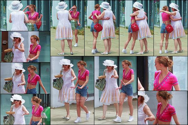 09 juillet 2017 : Lily-Rose, retrouvant une personne apparemment proche, est allée déjeuner dans la ville de L. Angeles. La belle jeune femme a opté pour une tenue assez légère et colorée. J'aime bien car cela souligne sa taille fine même si le haut rose n'est pas fou.